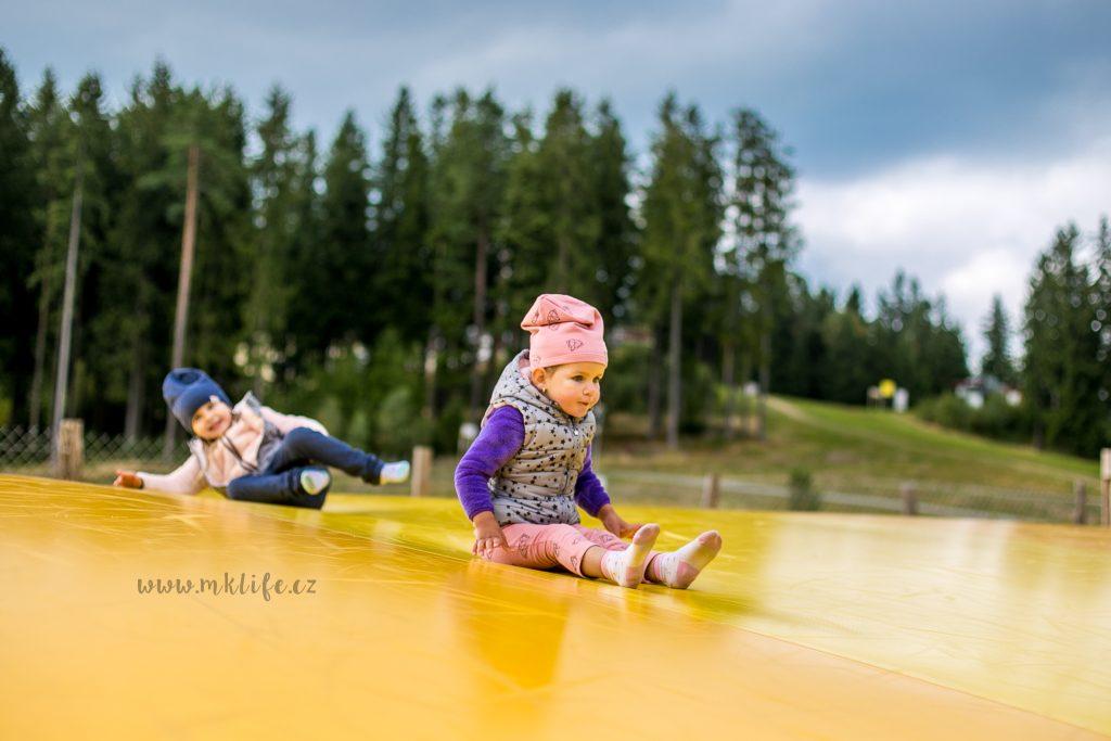 Julinka vybrala jako top celého parku právě obří trampolíny. Na 100% je to  ale ovlivněno právě tím prázdnem. Asi prvně totiž byla královnou prostoru a  ... 222eaecaad9